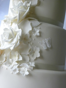 ivory wedding cake cascade of flowers (16)